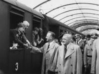 1977-3284 Tijdens de bezetting in de Tweede Wereldoorlog. Sociale zorg. Kinderuitzending van het station Delftse Poort ...