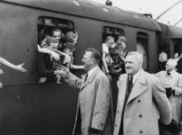 1977-3285 Tijdens de bezetting in de Tweede Wereldoorlog. Sociale zorg. Kinderuitzending van het station Delftse Poort ...