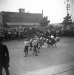 1977-3296 Bevrijdingsfeest van Chinezen op de Coolsingel voor het Stadhuis.