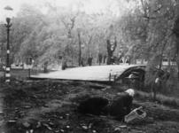 1977-3307 Het zoeken naar brandstof op de Heemraadssingel.