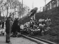 1977-3312 Bloemenhulde bij een gedenkkruis in het talud van de Oostzeedijk, ter hoogte van de Hoflaan, ter ...