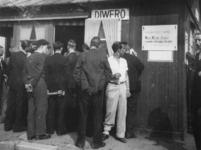 1977-3317 Vrijwilligers melden zich bij het aanmeldingsbureau voor Nederlands Oost-indië. In een Diwero-keet op het Slagveld.