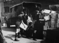 1977-3322 Padvinders helpen bij het overladen van Engelse voedselvoorraden.