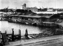 1977-3340 Gezicht op de Maashaven met verwoestingen, verwoeste loodsen, kademuren, kranen , veroorzaakt door de Duitse ...