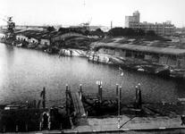 1977-3341 Gezicht op de Maashaven met verwoestingen, verwoeste loodsen, kademuren, kranen , veroorzaakt door de Duitse ...