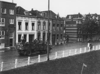 1977-3342 Een Duitse vrachtwagen op de Oostzeedijk voert gevorderde machines weg.