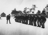 1977-3365 In een werkkamp, georganiseerd door de Nederlandsche Arbeidsdienst.