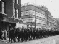 1977-3377 Optocht in de Grote Marktstraat in Den Haag. Georganiseerd door de Nederlandsche Arbeidsdienst.