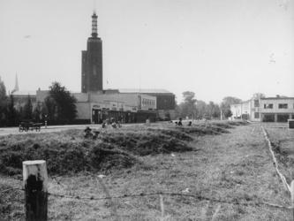 1977-3381 Burgers zoeken bescherming in loopgraven of schuilkelders tijdens een luchtalarm. Verderop het museum ...