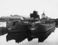 1977-3395 Inbeslaggenomen binnenvaartschepen die verbouwd worden tot landingsvaarttuigen.
