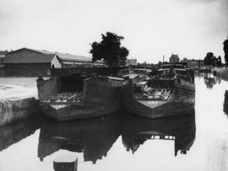 1977-3397 Inbeslaggenomen binnenvaartschepen die verbouwd worden tot landingsvaarttuigen.
