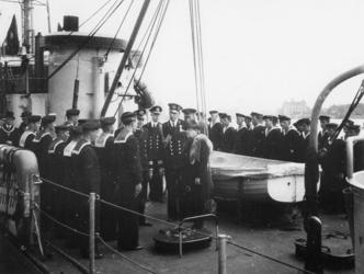 1977-3405 Koningin Wilhelmina aan boord van het schip Queen Wilhelmina tijdens haar bezoek aan Rotterdam. Links op de ...