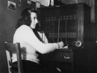 1977-3406 Telefoniste op het distributiekantoor.