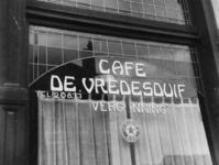 1977-3431 Een café aan de Boezemstraat 87 met opschrift De Vredesduif.