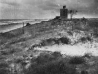1977-3448 Duitse verdedigingswerken aan de kust bij Hoek van Holland.