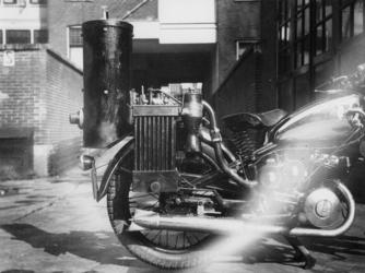 1977-3457 Een motorfiets met houtgasgenerator.