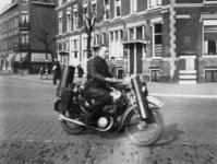 1977-3458 Een motorrijder rijdt op motorfiets met houtgasgenerator.