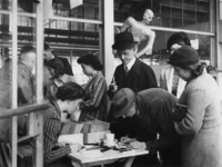 1977-3471 In de hal van het Feyenoord Stadion worden persoonsbewijzen uitgegeven aan bewoners van de Linker Maasoever.