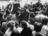 1977-3473 Omstanders plunderen een groentekar.