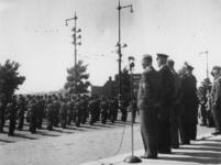 1977-3475 Défilé van de Binnenlandse strijdkrachten ter hoogte van het stadhuis voor autoriteiten waaronder ...