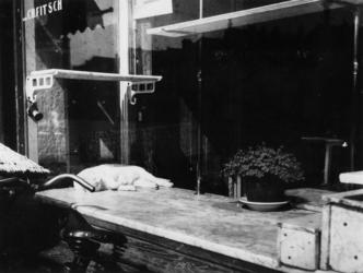 1977-3487 Als gevolg van de schaarste worden er geen artikelen getoond in de lege etalage van de winkel van C.H. Fitsch ...