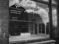 1977-3488 Door schaarste zijn er aan het einde van de oorlog geen artikelen in lege etalage van patat-en viswinkel ...