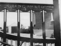 1977-3493 Op het hek van een leverancier van tuinbouwprodukten staat geschreven: Geen groente of tomaten