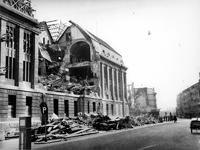 1977-3496 Gezicht in de door het Duitse bombardement van 14 mei 1940 getroffen Meent met de zijkant van het postkantoor ...
