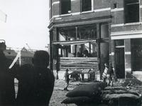 1977-3508 Gezicht in de Lombokstraat met sterk beschadigd hoekpand als gevolg van de havenverwoesting op 28 en 29 ...