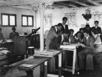 1977-3511 Een leslokaal met studenten van de Academie van Beeldende Kunsten. De Academie is ondergebracht in de fabriek ...