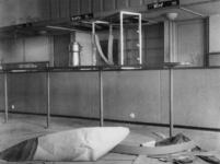 1977-3515 Een verlaten eet-en drinkgelegenheid op een station tijdens de Spoorwegstaking.