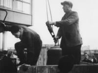 1977-3520 Het weghalen van de Beursklok, die door de Duitsers is gevorderd.