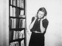 1977-3525 Klandestien naar de radio luisteren.