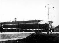 1977-3528 Gezicht op dok aan de Maashaven met verwoestingen veroorzaakt door de Duitse Wehrmacht.