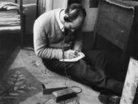 1977-3532 Een kleine, door de RAF gedropte radio, wordt gebruikt als nieuwsbron voor illegale bladen.
