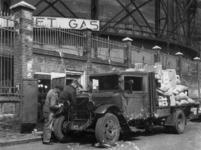 1977-3536 Een vrachtauto tankt persgas.