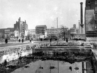1977-3539 Gezicht in de door het Duitse bombardement van 14 mei 1940 getroffen Van Oldenbarneveltstraat. Als gevolg van ...