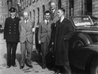 1977-3563 Functionarissen van het Rijksbureau voor de voedselvoorziening voor een luxe auto bij het stadhuis ...