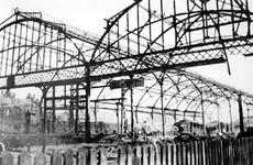 1977-3567 Staketsel van het totaal uitgebrande Maasstation na het Duitse bombardement van 14 mei 1940. Als gevolg van ...