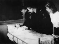1977-3568 Patiënt en verzorgersl in de B.D, de dependance van het Bergwergziekenhuis aan de Hildegardisstraat.