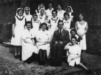 1977-3574 Groep van het verplegend personeel van de B.D, de dependance van het Bergwergziekenhuis aan de Hildegardisstraat.
