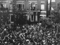 1977-3577 Burgemeester P.J. Oud, die op het balkon van zijn woning aan de Hoflaan de Nederlandse vlag heeft ...
