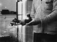 1977-3583 Handgranaten die in het bezit zijn van knokploegen.