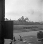 1977-3584 Gezicht op de Maashaven met verwoestingen, verwoeste kranen van n.v. Thomsen's Havenbedrijf, veroorzaakt door ...