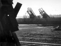 1977-3585 Gezicht op de Maashaven met verwoestingen, verwoeste kranen van n.v. Thomsen's Havenbedrijf, veroorzaakt door ...