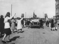 1977-3586 De Rotterdammers op de Meent verwelkomen de geallieerden ter hoogte van het Minervahuis. Op de achtergrond de ...