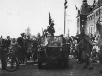 1977-3587 De intocht van de geallieerden op de Coolsingel ter hoogte van het stadhuis.