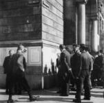 1977-3589 Diverse affiches aangeplakt op de zijgevel van het stadhuis aan het Doelwater.