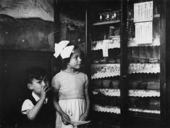 1977-3605 Op Katendrecht wordt de bonnenlijst in het Chinees bekendgemaakt.
