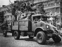 1977-3614 Herdenking van de bevrijding in 1945. Historiese optocht. Een vrachtwagen met Canadezen .